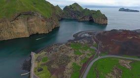 Vue aérienne de la côte rocheuse de l'Islande banque de vidéos