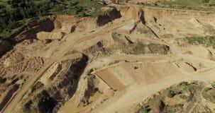 Vue aérienne de la carrière de sable avec l'équipement lourd clips vidéos