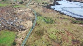 Vue aérienne de la conduite au littoral par Marameelan au sud de Dungloe, comté le Donegal - Irlande clips vidéos