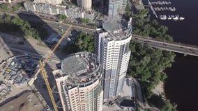Vue aérienne de la construction d'un bâtiment résidentiel à plusiers étages sur le remblai du Dnieper Kyiv, Ukraine banque de vidéos