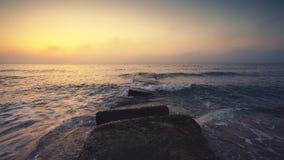 Vue aérienne de la danse des vagues de l'océan bleu lavant le sable et la plage, vue supérieure aérienne banque de vidéos