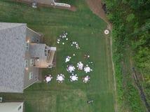 Vue aérienne de la famille typique d'arrière-cour recueillant aux Etats-Unis du sud Photo stock