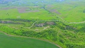 Vue aérienne de la fenêtre de l'avion aux champs et aux vergers de vert l'ukraine banque de vidéos