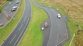 Vue aérienne de la frontière entre l'Ecosse et l'Angleterre avec la grande pierre et de signe de l'Ecosse - Royaume-Uni banque de vidéos