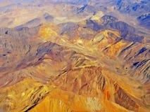 Vue aérienne de la gamme de montagne des Andes avec les montagnes colorées photographie stock libre de droits