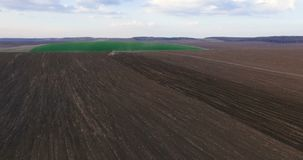 Vue aérienne de la graine d'encemencement de tracteur sur le champ 4K banque de vidéos