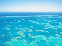 Vue aérienne de la Grande barrière de corail dans les Pentecôtes Images stock