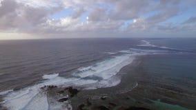 Vue aérienne de la ligne de flottaison des mers qui ne se mélangent pas contre le ciel bleu aux nuages, Mauritius Island banque de vidéos