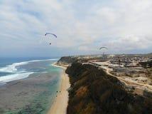 Vue aérienne de la mer bleue avec la falaise de roche sur le littoral arénacé et paradigling image stock