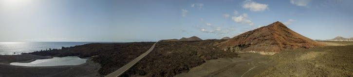 Vue aérienne de la montagne de Bermeja d'une couleur rouge intense, entourée par des gisements de lave, Lanzarote, Îles Canaries, image stock