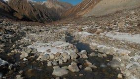 Vue aérienne de la naissance d'une rivière de montagne en gorge de montagne Le fleuve Rivière de montagne de vue d'hiver dans les clips vidéos