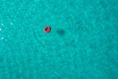 Vue aérienne de la natation mince de femme sur le beignet d'anneau de bain en mer transparente de turquoise en Seychelles Paysage images stock