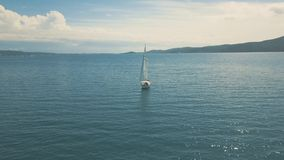 Vue aérienne de la navigation de yacht près de belles îles Beaux nuages à l'arrière-plan banque de vidéos
