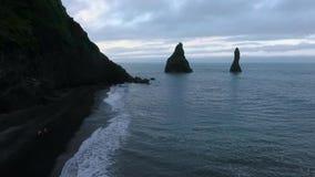 Vue aérienne de la plage et des falaises islandaises noires célèbres Andreev banque de vidéos