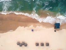 Vue aérienne de la plage La mer Méditerranée, Israël La maison du sauveteur, parapluies, sable, chaise longue photographie stock