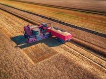 Vue aérienne de la recolte mécanique d'agriculture de moissonneuse de cartel images libres de droits