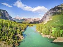 Vue aérienne de la rivière d'arc en montagnes des Rocheuses, PA nationale de Banff Photos libres de droits