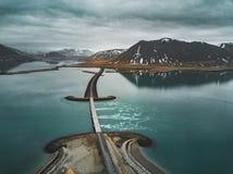 Vue aérienne de la route 1 en Islande avec le pont au-dessus de la mer en péninsule de Snaefellsnes avec les nuages, l'eau et la  image libre de droits
