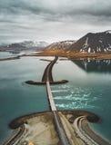 Vue aérienne de la route 1 en Islande avec le pont au-dessus de la mer en péninsule de Snaefellsnes avec les nuages, l'eau et la  photos libres de droits