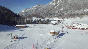 Vue aérienne de la station de sports d'hiver clips vidéos