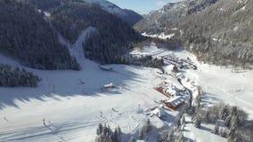 Vue aérienne de la station de sports d'hiver banque de vidéos