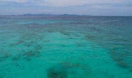 Vue aérienne de la surface et du ciel d'eau de mer à l'arrière-plan Photographie stock