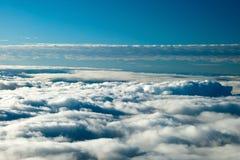 Vue aérienne de la terre paisible couverte en nuages Image libre de droits