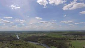 Vue aérienne de la vallée verte et de la rivière banque de vidéos