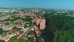 Vue aérienne de la vie de ville et chantier de construction de bourdonnement de nouvelle grue à tour de wint de bâtiment résident banque de vidéos