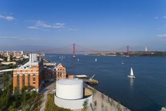 Vue aérienne de la ville de Lisbonne avec des bateaux à voile sur le Tage et des 25 d'April Bridge sur le fond Images stock