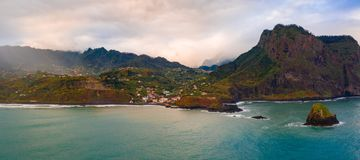 Vue aérienne de la ville de Porto DA Cruz dans le rivage du nord de l'île de la Madère photographie stock libre de droits