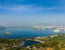 Vue aérienne de lac Pichola avec le palais de lac (Jag Niwas) et la pointe Photographie stock
