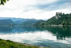 Vue aérienne de lac saignée avec l'église de Mary sur l'île Bled photo stock