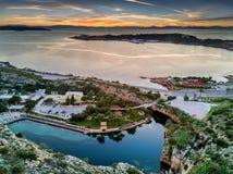 Vue aérienne de lac Vouliagmeni pendant le coucher du soleil Photographie stock libre de droits