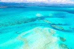 Vue aérienne de lagune azurée idyllique de bleu de turquoise de barrière de corail de côte ouest, Nouvelle-Calédonie, Océanie, me photographie stock libre de droits
