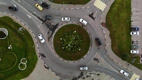 Vue aérienne de laps de temps du rond point d'automobile avec des fleurs au centre clips vidéos