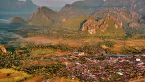 Vue aérienne de lever de soleil de vallée de montagne banque de vidéos