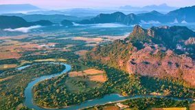 Vue aérienne de lever de soleil de vallée de montagne clips vidéos