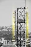 Vue aérienne de Li jaune noir et blanc de tour de télécommunication Photos libres de droits