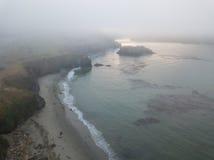 Vue aérienne de littoral brumeux en Californie du nord Photos stock
