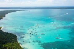 Vue aérienne de littoral des Caraïbes d'un hélicoptère, République Dominicaine  Photos libres de droits