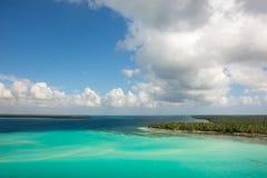 Vue aérienne de littoral des Caraïbes d'un hélicoptère, République Dominicaine  Image libre de droits