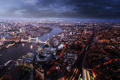 Vue aérienne de Londres avec le pont de tour dans le temps de coucher du soleil Images stock
