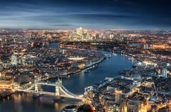 Vue aérienne de Londres : du pont de tour au secteur financier Canary Wharf photographie stock libre de droits