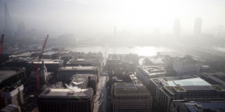 Vue aérienne de Londres un jour brumeux de cathédrale du ` s de St Paul photo stock