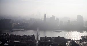 Vue aérienne de Londres un jour brumeux de cathédrale du ` s de St Paul photographie stock