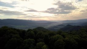 Vue aérienne de longueur de bourdon : Vol au-dessus de village de montagne d'automne avec des forêts, des champs et la rivière da banque de vidéos