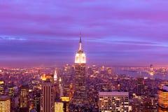 Vue aérienne de Manhattan la nuit Images stock