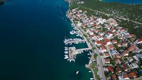 Vue aérienne de marina dans une petite ville croate banque de vidéos