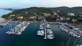 Vue aérienne de marina dans une petite ville croate sur le coucher du soleil banque de vidéos